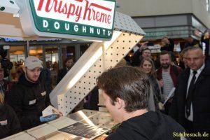 James Blunt ordert direkt nach seiner Ankunft erst einmal einen Doughnut.