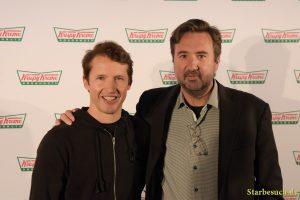 James Blunt zusammen mit dem US Geschäftsführer von Krispy Kreme Doughnuts Mike Tattersfield
