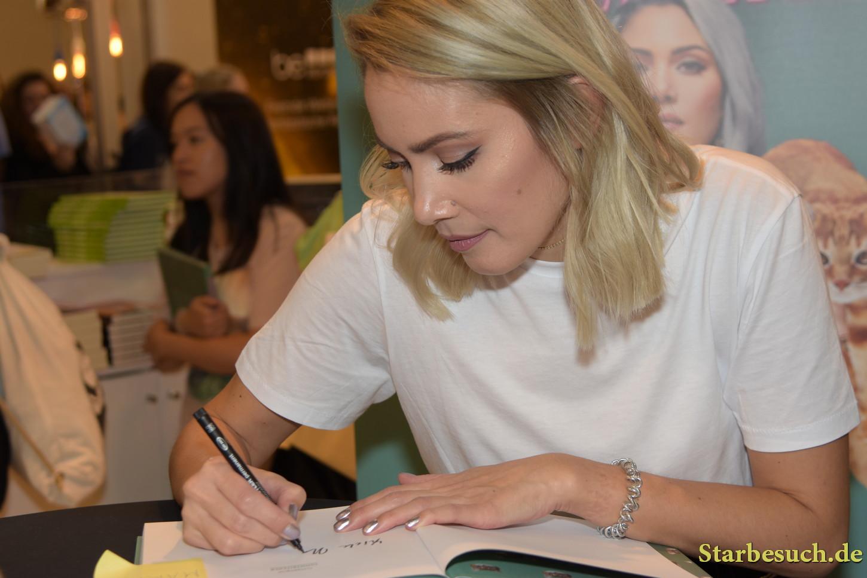 funnypilgrim, YouTube celebrity, signing copies of 'YummyKitchen' at Frankfurt Bookfair / Buchmesse Frankfurt 2017
