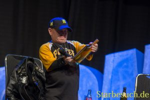 Martin Klebba received a gift from a fan at MagicCon