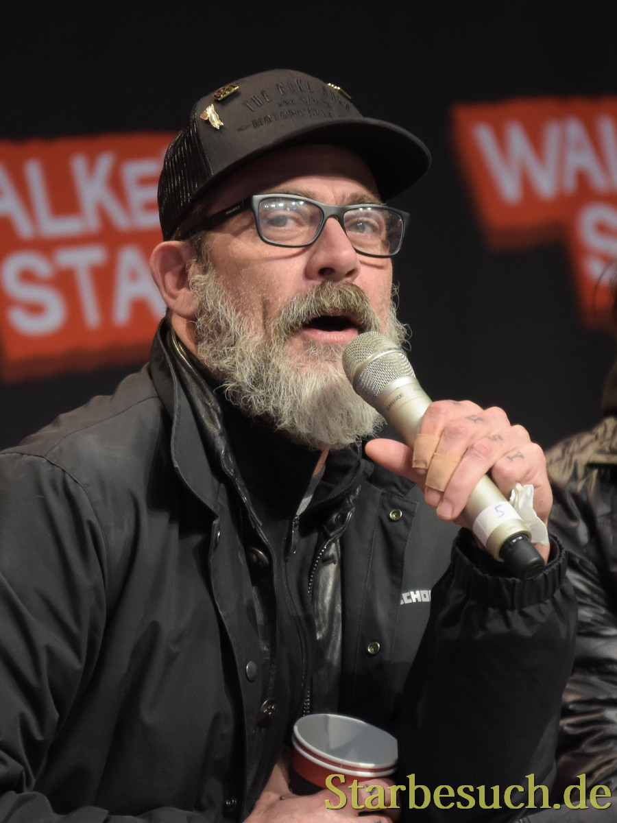 MANNHEIM, GERMANY - MARCH 18: (L to R) Actor Jeffrey Dean Morgan (The Walking Dead), panel, at Walker Stalker Germany convention. (Photo by Markus Wissmann)