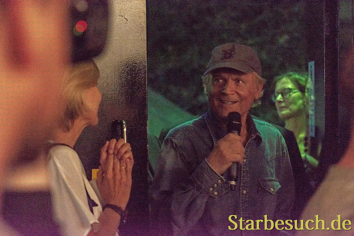 Terence Hill betritt das Kino 1 im Kinopolis Sulzbach