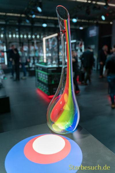 Auch Elton John war vor Ort - nicht persönlich, aber in Form eines Regenbogen-Dekanters der Firma Riedel