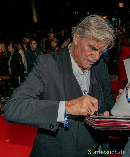 Peter Simonischek beim Signieren