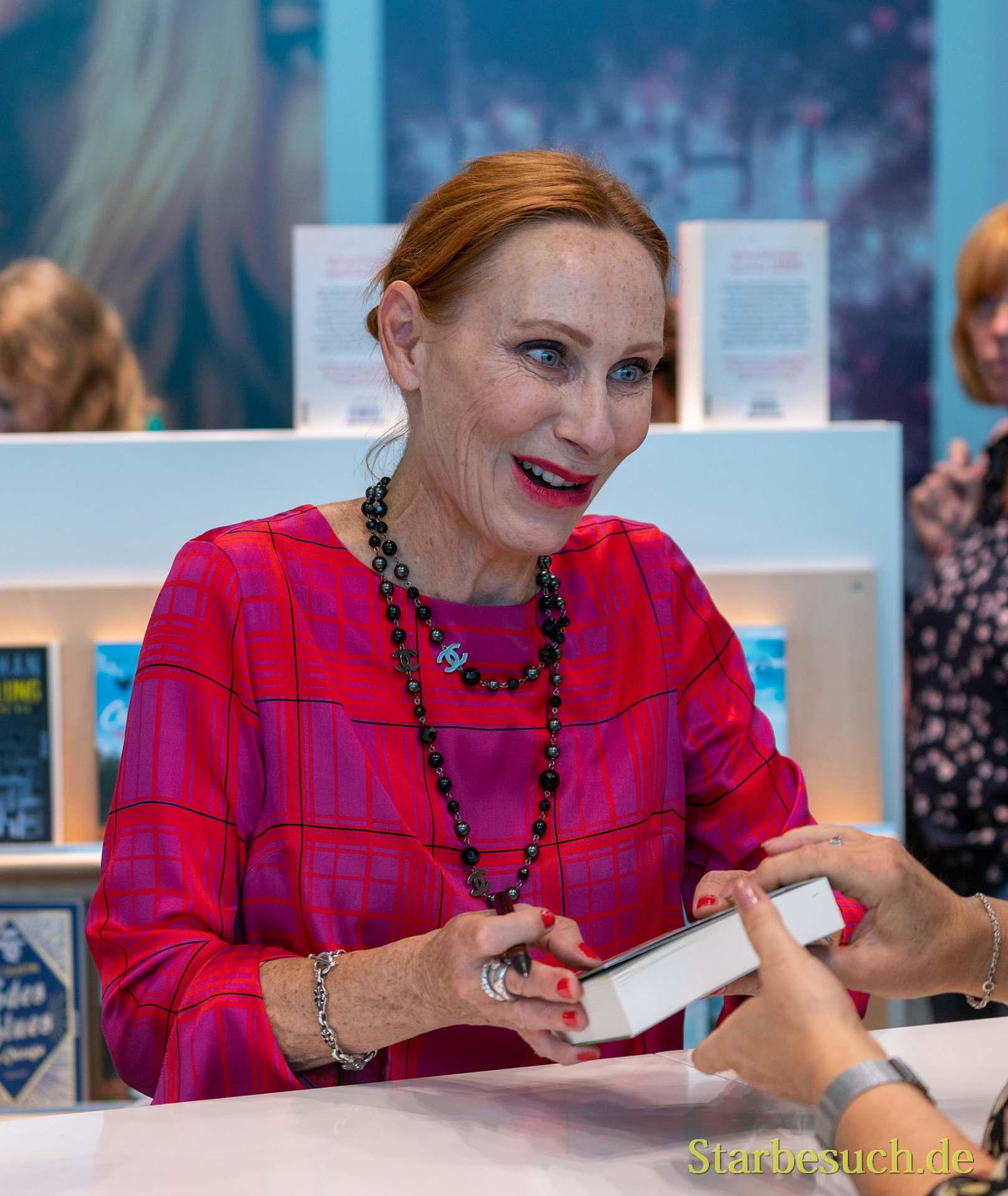Andrea Sawatzki signiert begeistert für Fans