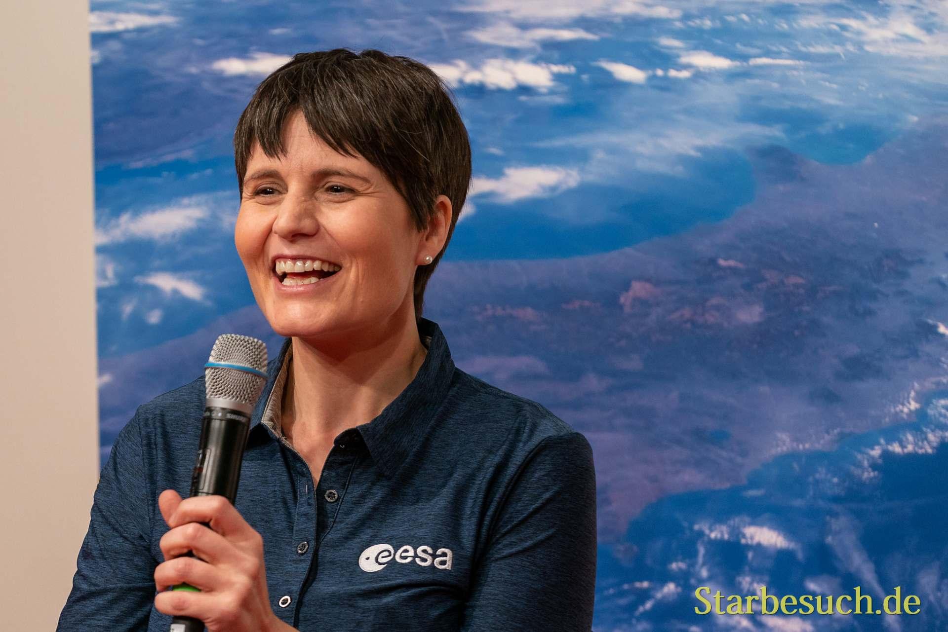 Astronautin Samantha Cristoforetti erzählt von ihren Erfahrungen auf der ISS und beantwortet Fragen aus dem Publikum