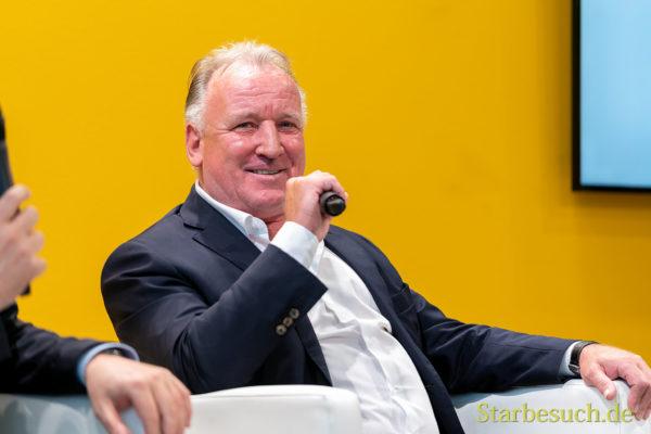 Top-Fussballer Andreas Brehme präsentiert den Band 'Hall of Fame'