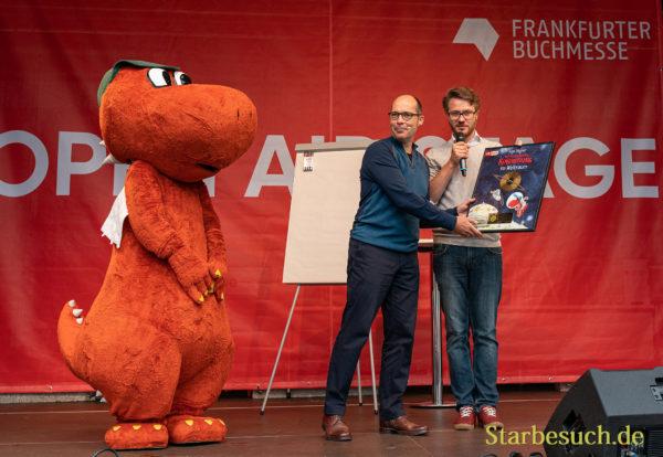 Ingo Siegner (Drache Kokosnuss) bekommt eine goldene Schallplatte überreicht