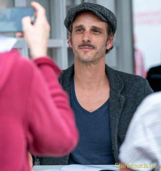 Schauspieler Max von Thun ist ein beliebtes Foto und Selfie-Motiv